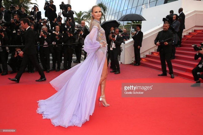 Natasha Poly va dan mau khoe dang tren tham do Cannes hinh anh