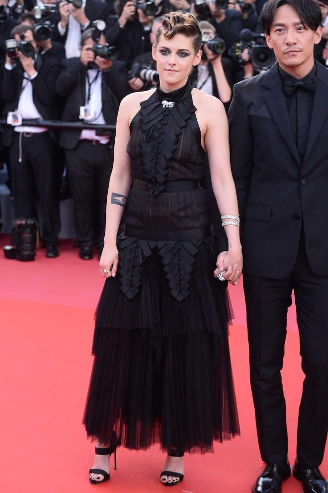 Kristen Stewart gay xon xao tham do voi man coi giay, di chan tran hinh anh 8