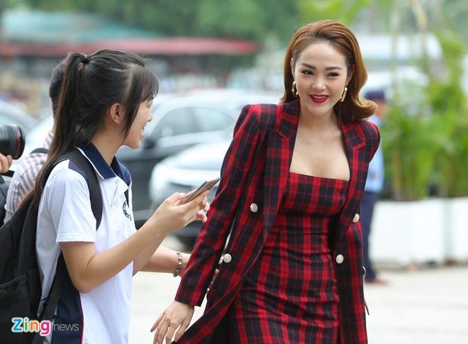 Minh Hang mac goi cam sau lum xum bi stylist to hinh anh