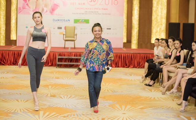 Thi sinh Hoa hau Viet Nam tap catwalk truoc dem thi chung khao hinh anh 4