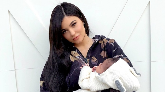 Con gai Kylie Jenner: 5 thang tuoi, so huu tu giay dat gia hinh anh 2