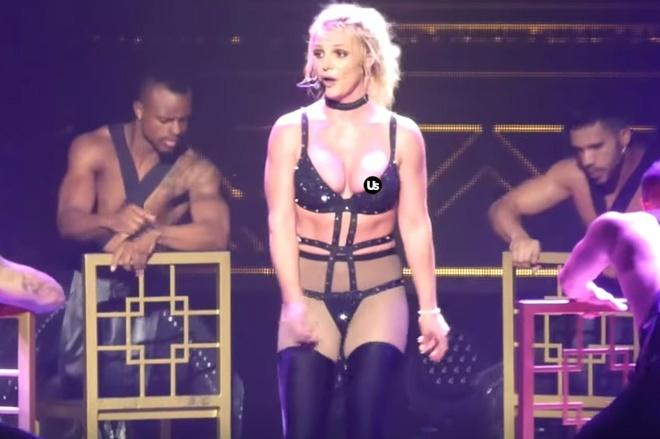Britney Spears gap su co trang phuc tren san khau hinh anh