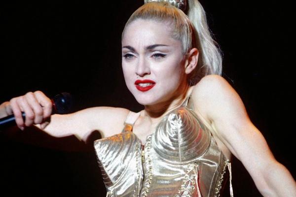 'Huyen thoai' Madonna va cau chuyen mac ao nguc len san khau hinh anh