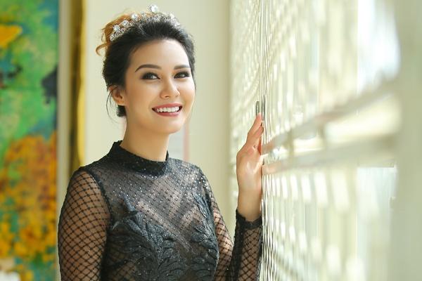 Hoa hau Trai dat 2015 rang ro khi den Viet Nam hinh anh