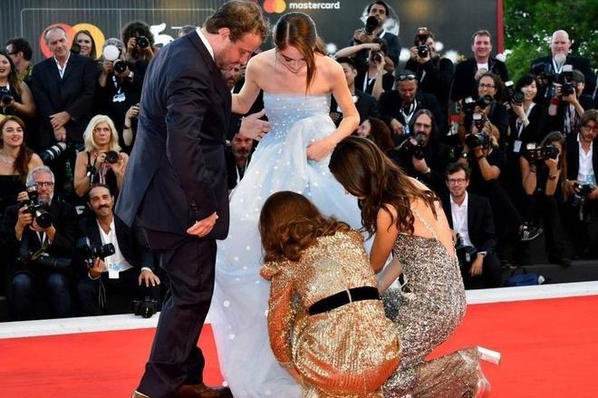 Natalie Portman cui nguoi, chinh vay cho sao nu 16 tuoi tren tham do hinh anh