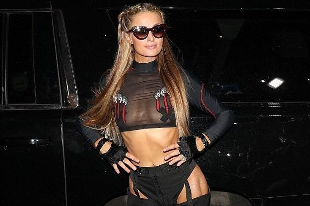 Paris Hilton mac phan cam khi di xem thoi trang hinh anh