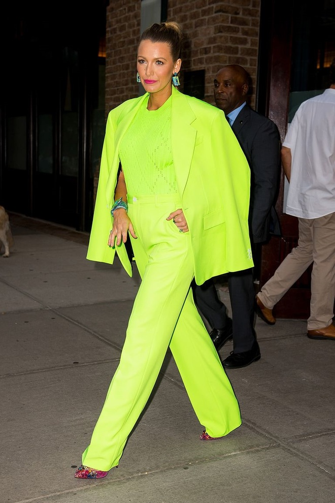 Chi em Kylie Jenner dua nhau lang xe vay ao mau neon hinh anh 8