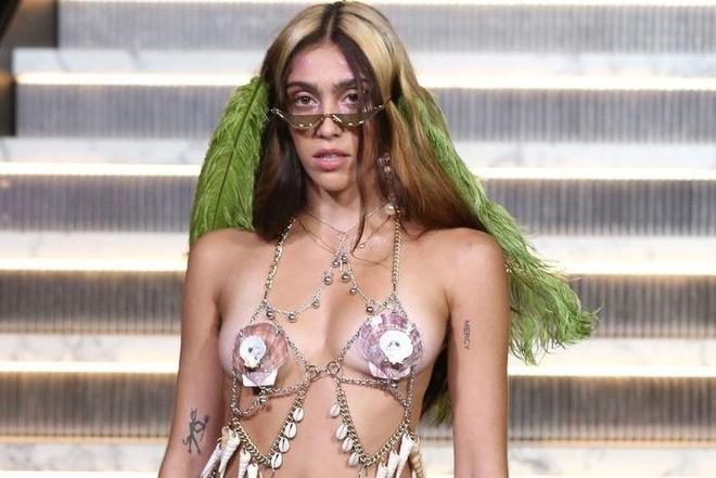 Con gai Madonna mac gay soc tren san dien New York Fashion Week hinh anh