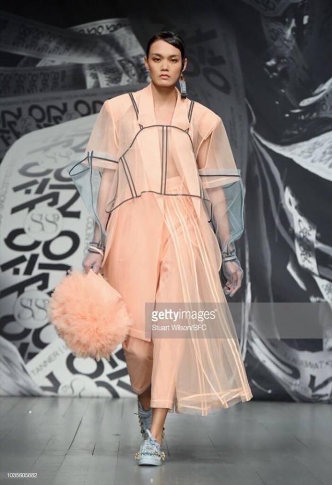 Hai nguoi mau Viet trinh dien o London Fashion Week hinh anh 5