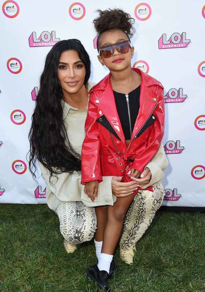 Con gai Kim Kardashian mac ca tinh, lan dau trinh dien catwalk hinh anh 1