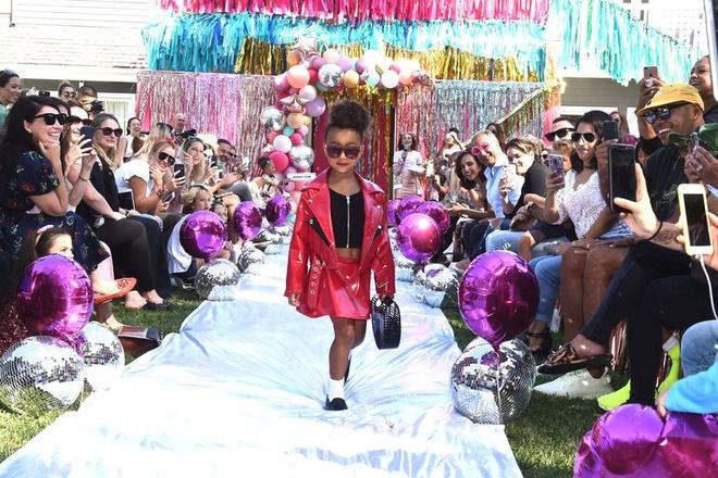 Con gai Kim Kardashian mac ca tinh, lan dau trinh dien catwalk hinh anh 3