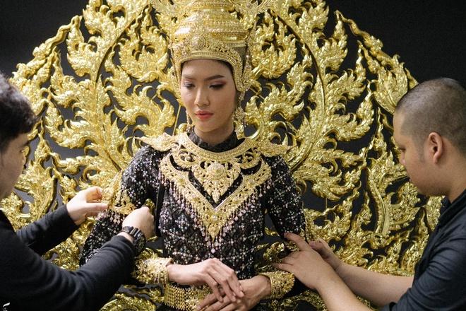 Trang phuc dan toc long lay cua Hoa hau Hoa binh Thai Lan 2018 hinh anh