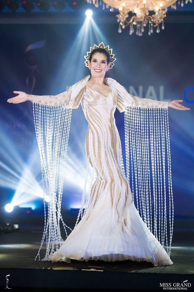Ao dai cua Phuong Nga vao top 10 trang phuc truyen thong Miss Grand hinh anh 8