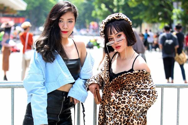 Street style muon mau muon ve tren pho di bo Ha Noi hinh anh