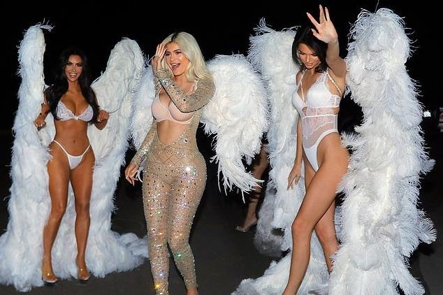 Chi em nha Kim Kardashian hoa thanh thien than noi y o tiec Halloween hinh anh