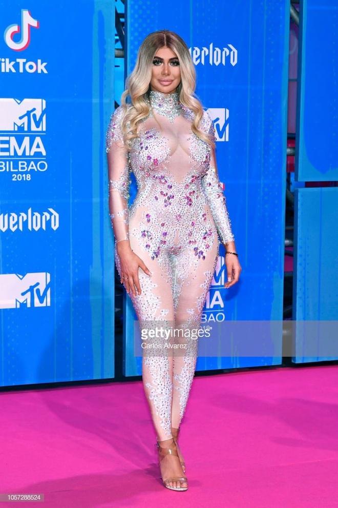Nhung tham hoa thoi trang o le trao giai MTV EMAs 2018 hinh anh 3
