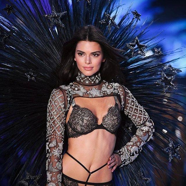 Kendall Jenner goi cam tren san dien Victoria's Secret Show 2018 hinh anh 2