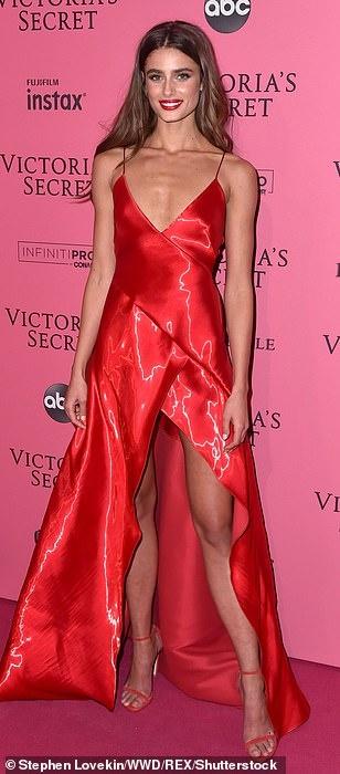 Bella Hadid dien mot khong noi y du tiec Victoria's Secret Show hinh anh 15