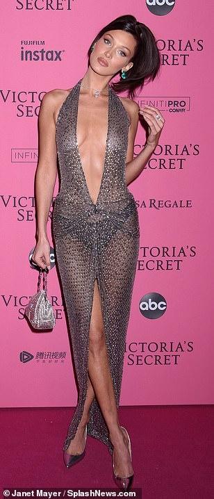 Bella Hadid dien mot khong noi y du tiec Victoria's Secret Show hinh anh 4