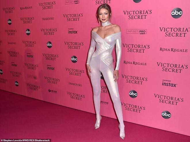 Bella Hadid dien mot khong noi y du tiec Victoria's Secret Show hinh anh 5