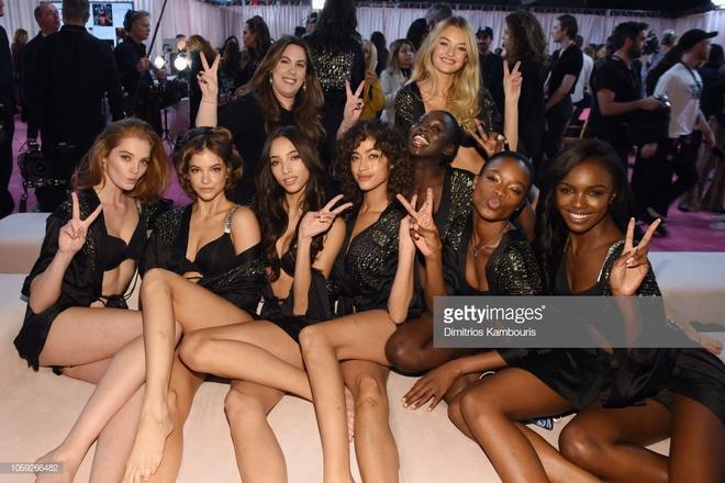 Hau truong nong bong cua dan thien than o Victoria's Secret Show 2018 hinh anh 9