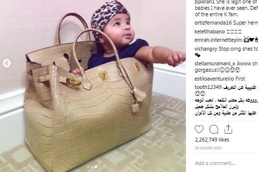 Khloe Kardashian khoe anh con gai ngoi trong tui 70.000 USD hinh anh
