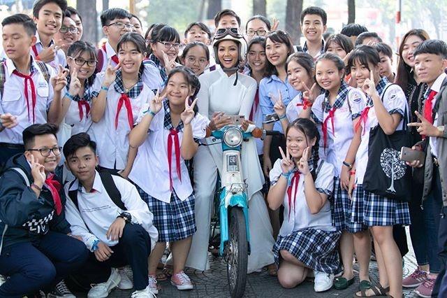 Sao Viet hanh phuc don nam moi 2019 ben gia dinh, ban be hinh anh 4