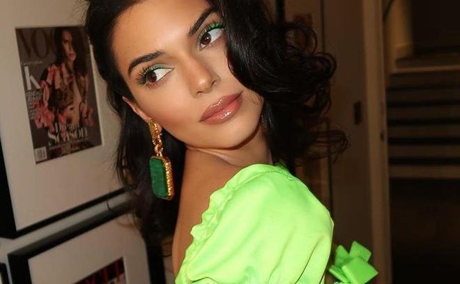 Vi sao Kendall Jenner chuong mau xanh neon? hinh anh