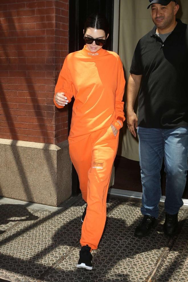 Vi sao Kendall Jenner chuong mau xanh neon? hinh anh 5