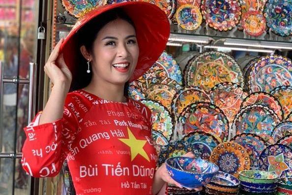Hoa hau Ngoc Han mac ao dai in ten cau thu co vu Viet Nam o Dubai hinh anh