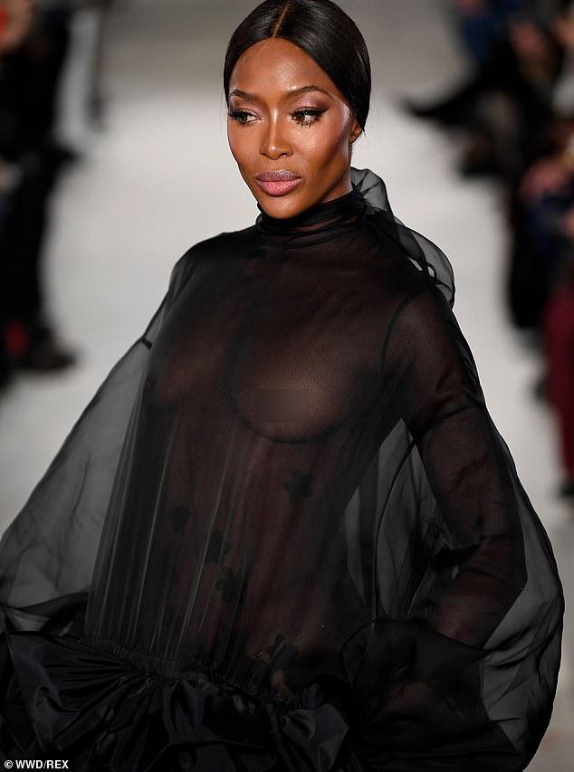 Naomi Campbell khong mac noi y, tai xuat san dien thoi trang cao cap hinh anh 1