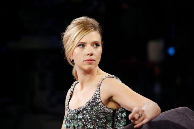My nhan Scarlett Johansson cau cuu canh sat khi bi paparazzi ruot duoi hinh anh 1