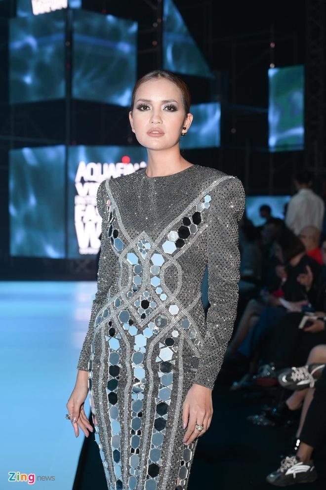 Hoa hau Tieu Vy, Phuong Khanh khac la tren tham do VIFW 2019 hinh anh 8