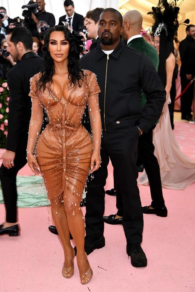 Kanye West dien ao gia re bat ngo tren tham do Met Gala 2019 hinh anh 2