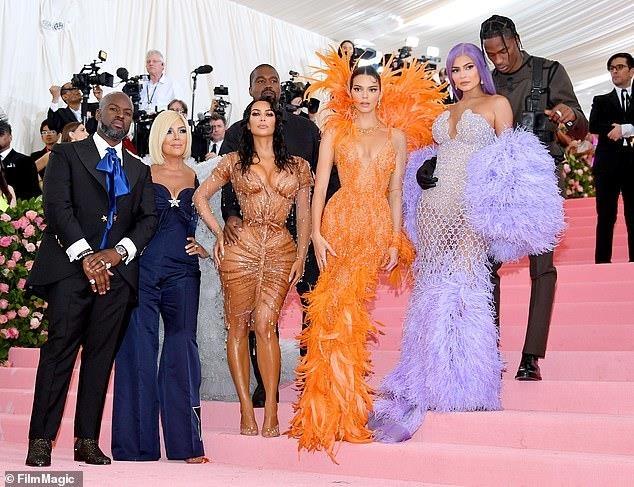 Kanye West dien ao gia re bat ngo tren tham do Met Gala 2019 hinh anh 1