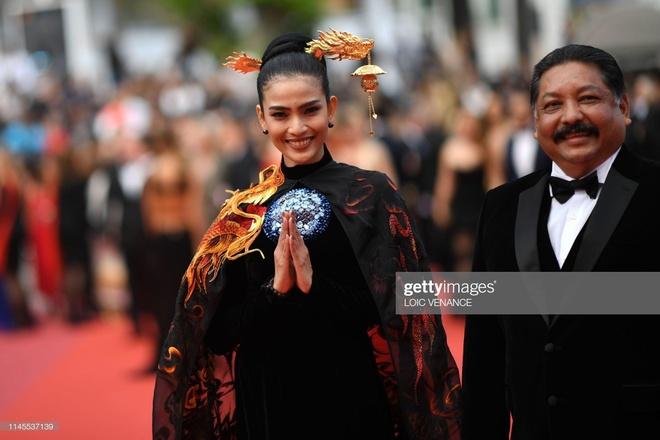 Truong Thi May mac ao dai tren tham do Cannes, bi nham la sieu mau Nga hinh anh 5