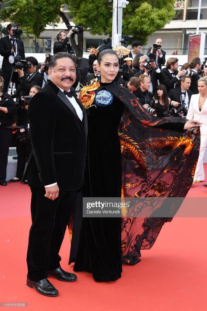 Truong Thi May mac ao dai tren tham do Cannes, bi nham la sieu mau Nga hinh anh 6