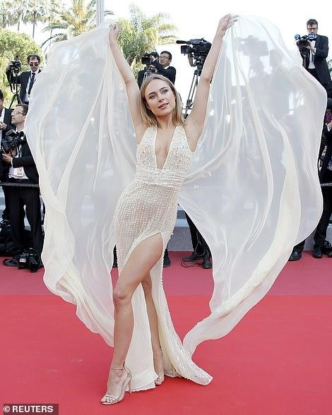 Nguoi dep tung vay tao dang de gay chu y tren tham do Cannes hinh anh 4