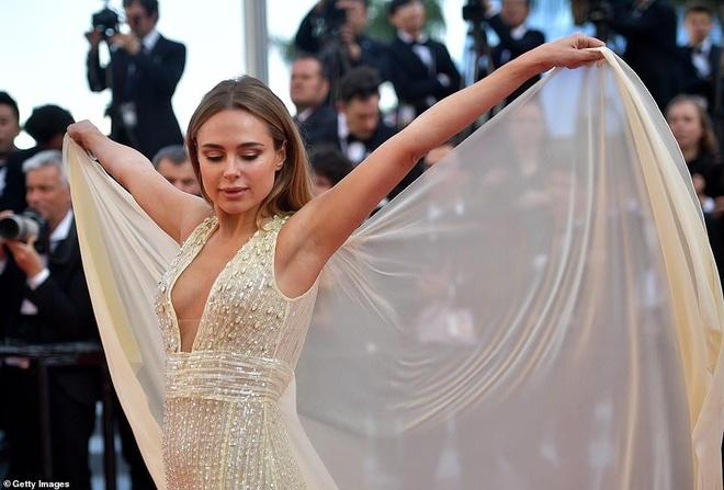 Nguoi dep tung vay tao dang de gay chu y tren tham do Cannes hinh anh 3
