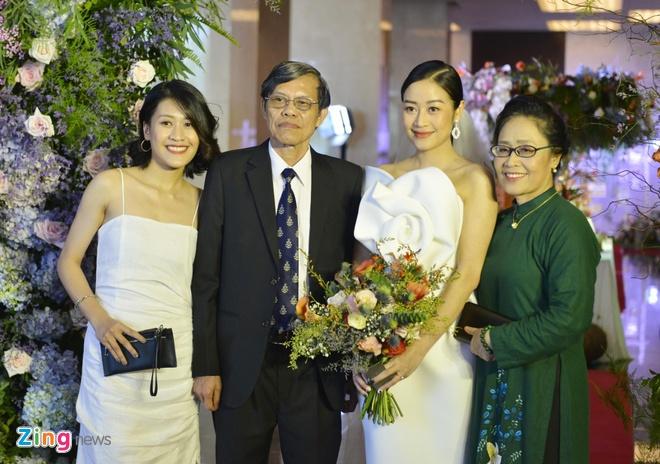 MC Phí Linh diện đầm hở vai, rạng rỡ trong ngày cưới