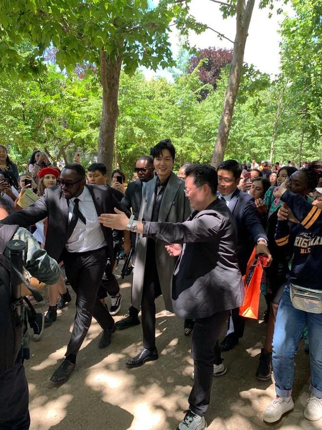 Lee Min Ho duoc fan vay kin khi xuat hien tai Paris hinh anh 6