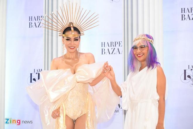 Sao Việt mặc khoa trương, váy dài quét đất đi xem show Thu Minh