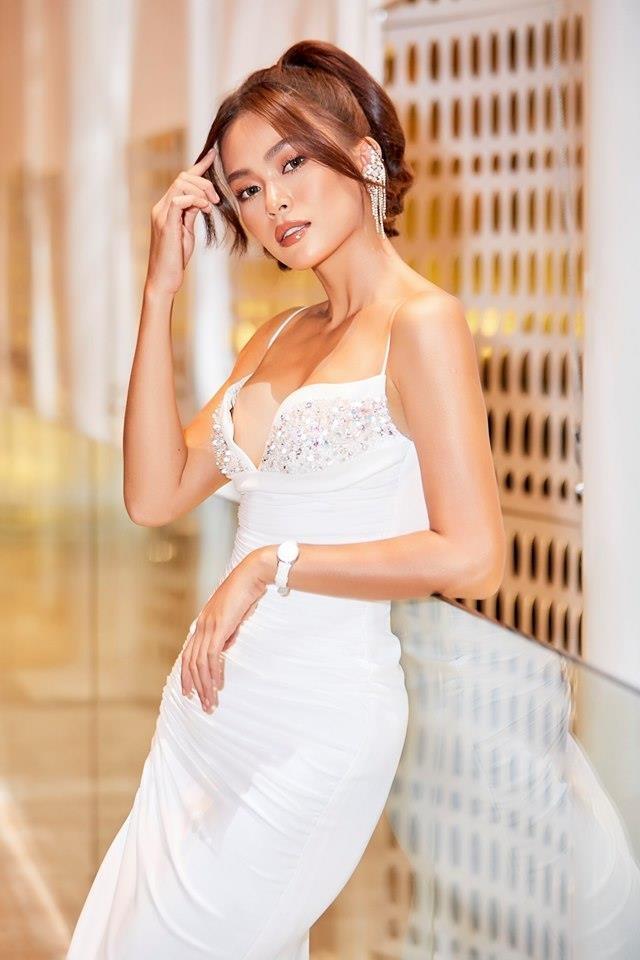 Hoa hau, a hau Viet khoe dang goi cam voi trang phuc khong hoa tiet hinh anh 11