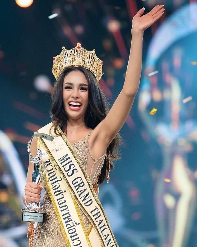 Hoa hau Hoa binh Thai Lan 2019 vua dang quang da bi 'nem da' du doi hinh anh 2