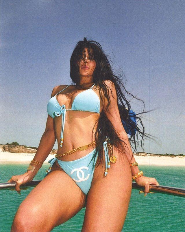 Kylie Jenner du lich sang chanh, dang loat anh bikini boc lua hinh anh 4