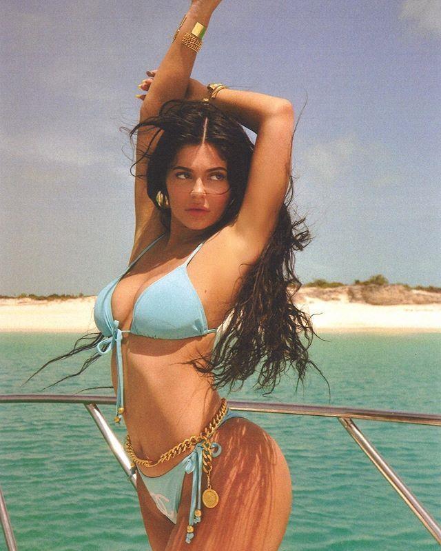 Kylie Jenner du lich sang chanh, dang loat anh bikini boc lua hinh anh 5