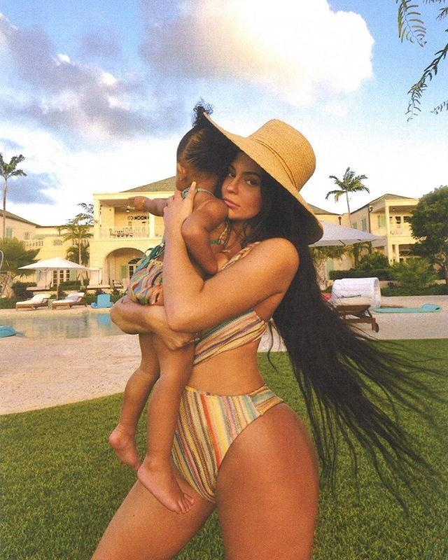 Kylie Jenner du lich sang chanh, dang loat anh bikini boc lua hinh anh 8
