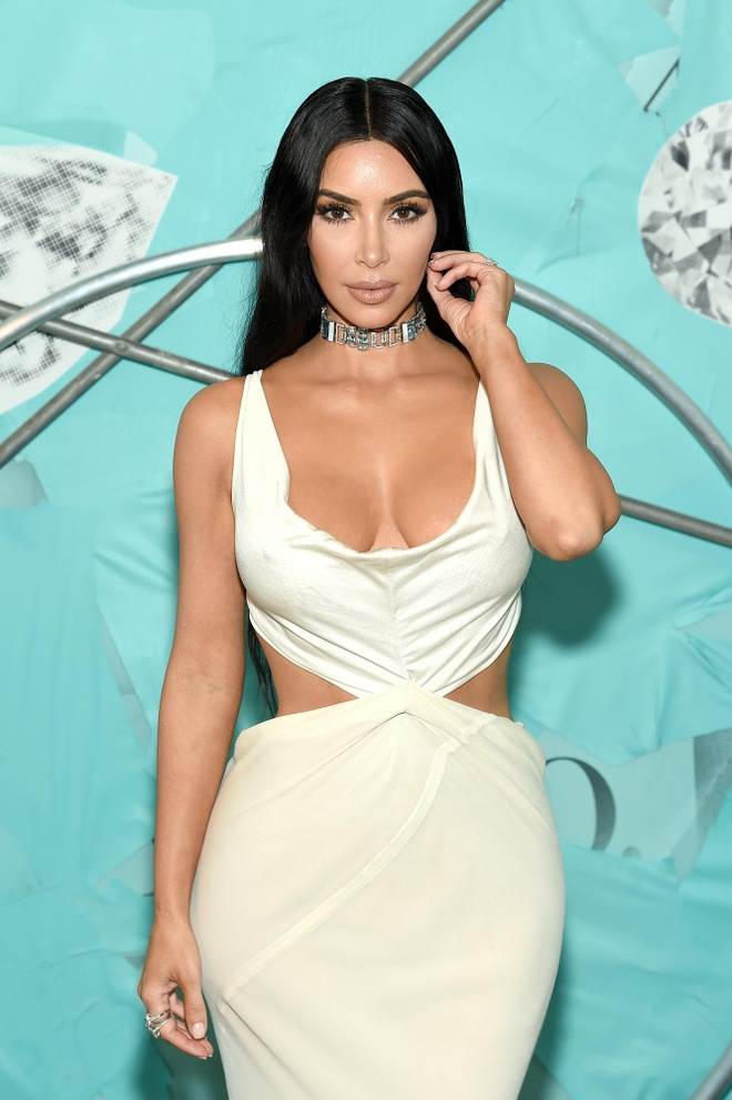 Kim Kardashian phủ nhận cắt xương sườn để có vòng eo con kiến