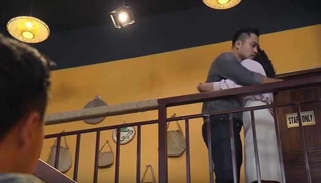 'Về nhà đi con' tập 73: Huệ khóc, xin được ôm Khải