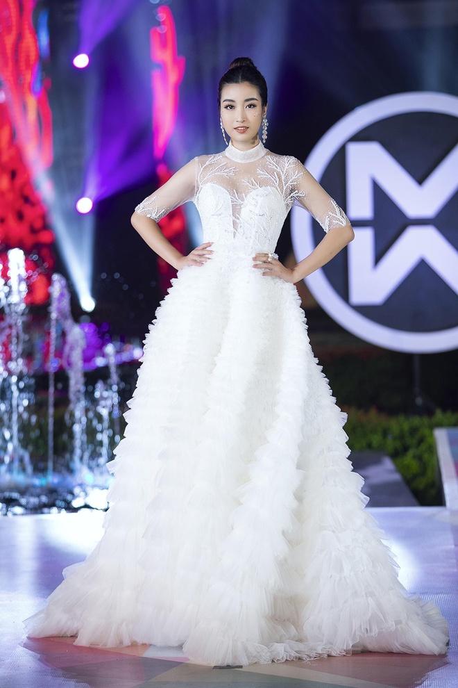 Hoa hậu Tiểu Vy diện đầm ôm sát gợi cảm trên sàn diễn thời trang